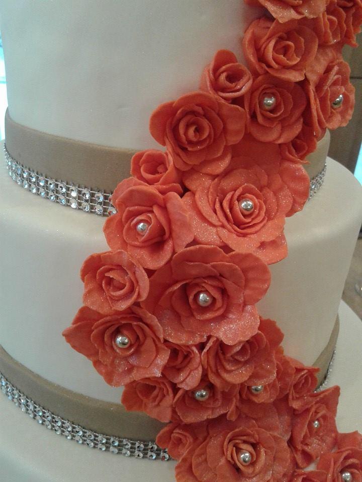 Wedding Cake Cascade De Rose Chut Je Cuisine